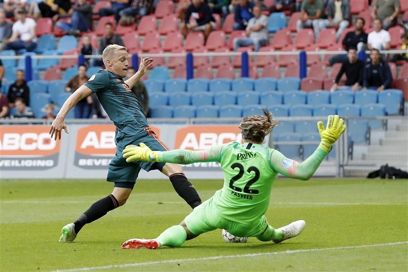 (L-R) Donny van de Beek of Ajax, Vitesse goalkeeper Remko Pasveer