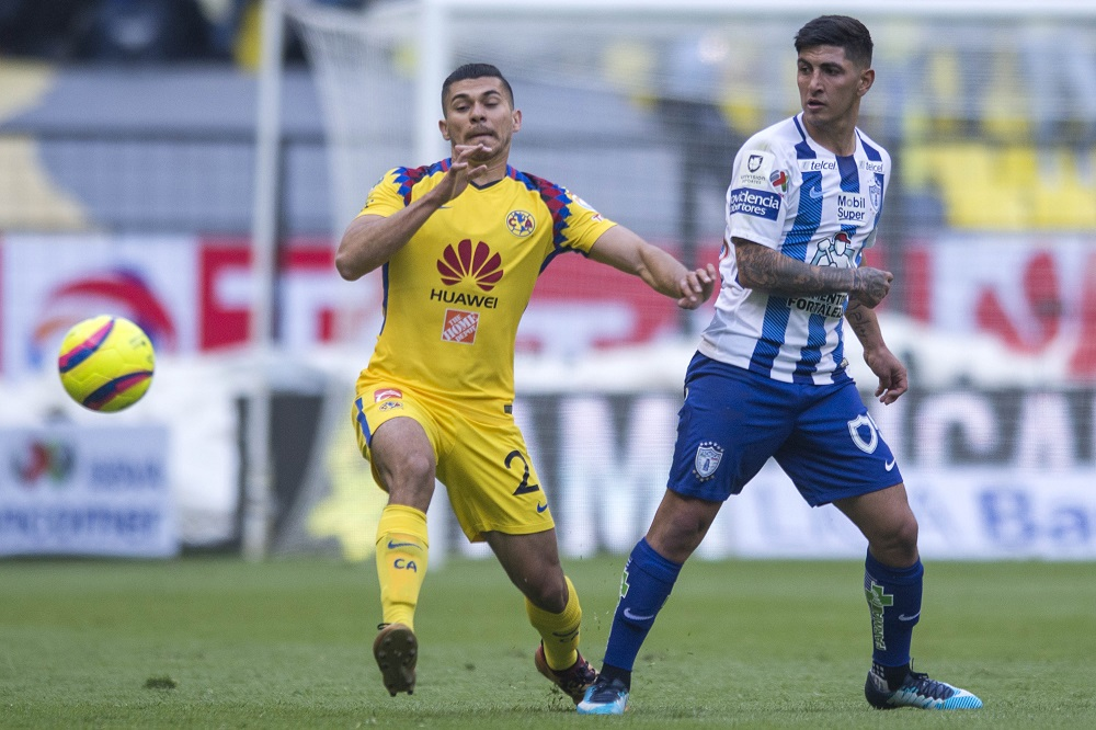 Action photo during the match America vs Pachuca, corresponding to Matchday 2 of the Closing Tournament 2018 of Liga BBVA Bancomer MX, at the Estadio Azteca. Foto de accion durante el partido America vs Pachuca, Correspondiente a la Jornada 2 del Torneo Clausura 2018 de la Liga BBVA Bancomer MX, en el Estadio Azteca, en la foto: Hanry Martin de America y Victor Guzman de Pachuca 13/01/2018/MEXSPORT/Victor Leon.
